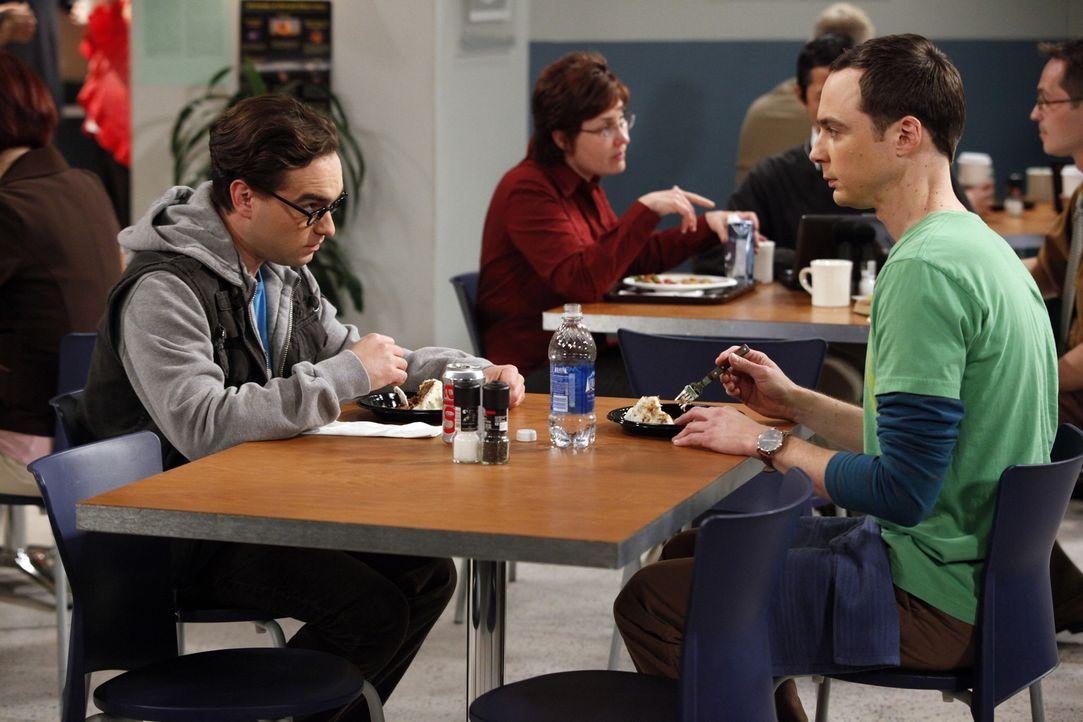 Während Howard Probleme mit seiner Weltraumtoilette hat, ist Leonard (Johnny Galecki, l.) genervt, da Penny ein Date mit Stuart hat. Kann Sheldon (... - Bildquelle: Warner Bros. Television