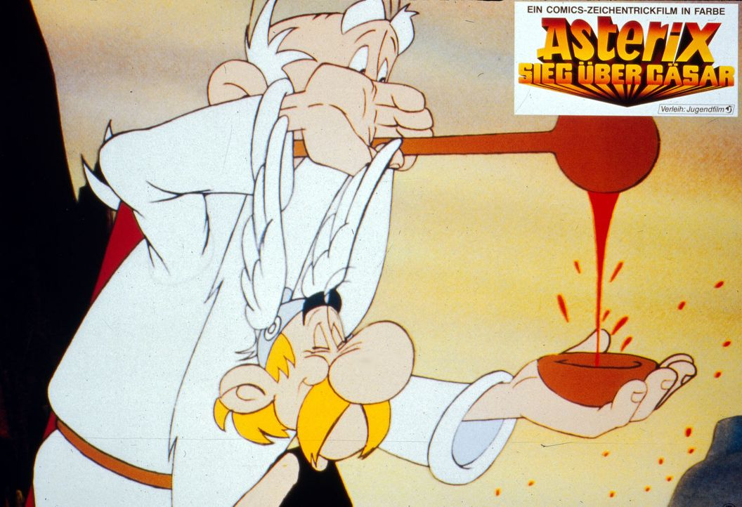 Miraculix (l.) schenkt Asterix (r.) eine Kelle Zaubertrank ein, um ihn für den Kampf gegen die Römer zu stärken ... - Bildquelle: Jugendfilm-Verleih GmbH