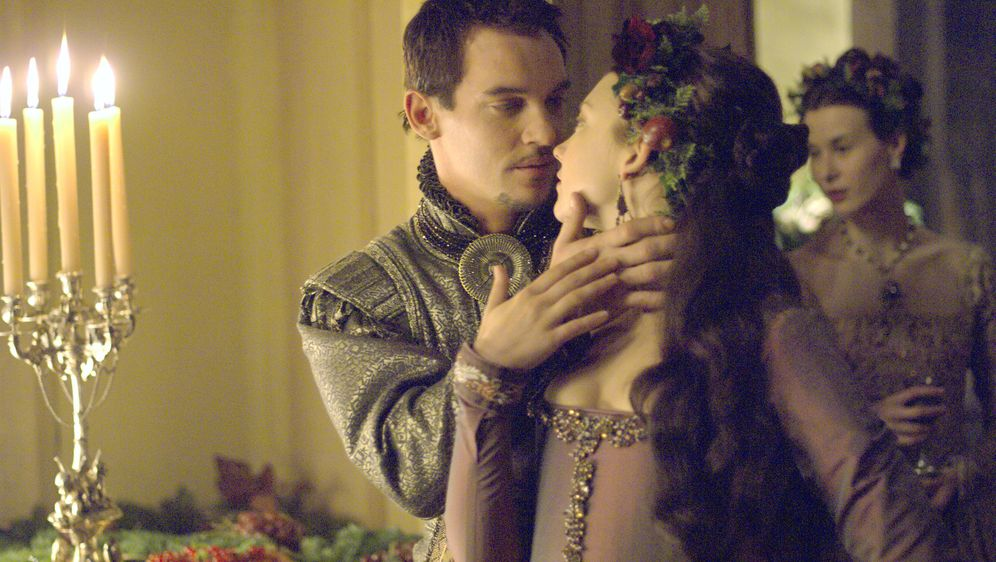 Anne (Natalie Dormer, r.) leidet darunter, dass Henry (Jonathan Rhys Meyers,... - Bildquelle: 2008 TM Productions Limited and PA Tudors II Inc. All Rights Reserved.