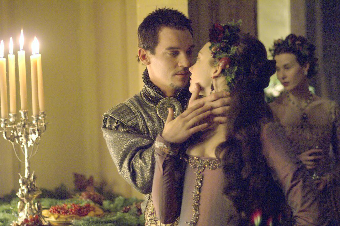 Anne (Natalie Dormer, r.) leidet darunter, dass Henry (Jonathan Rhys Meyers, l.) eine Mätresse hat. Vater Boleyn, der Graf von Wiltshire, macht ihr... - Bildquelle: 2008 TM Productions Limited and PA Tudors II Inc. All Rights Reserved.