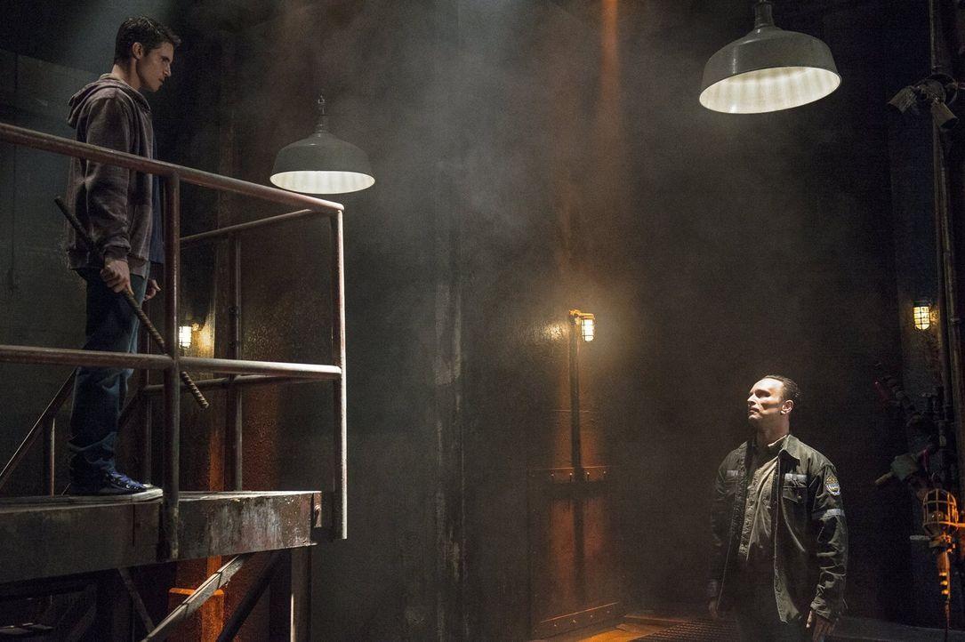 Hat Stephen (Robbie Amell, l.) eine Chance gegen einen Vergewaltiger (Ben Cotton, r.) zu gewinnen? - Bildquelle: Warner Bros. Entertainment, Inc