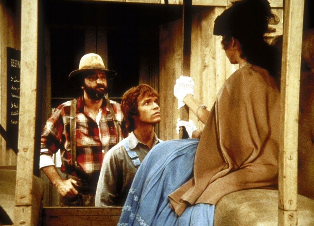 Mimi (Jane Alice Brandon, r.) fährt zu ihren Eltern, und Johnny (Mitch Vogel, M.) konnte endlich von Mr. Edwards (Victor French, l.) überredet werde... - Bildquelle: Worldvision