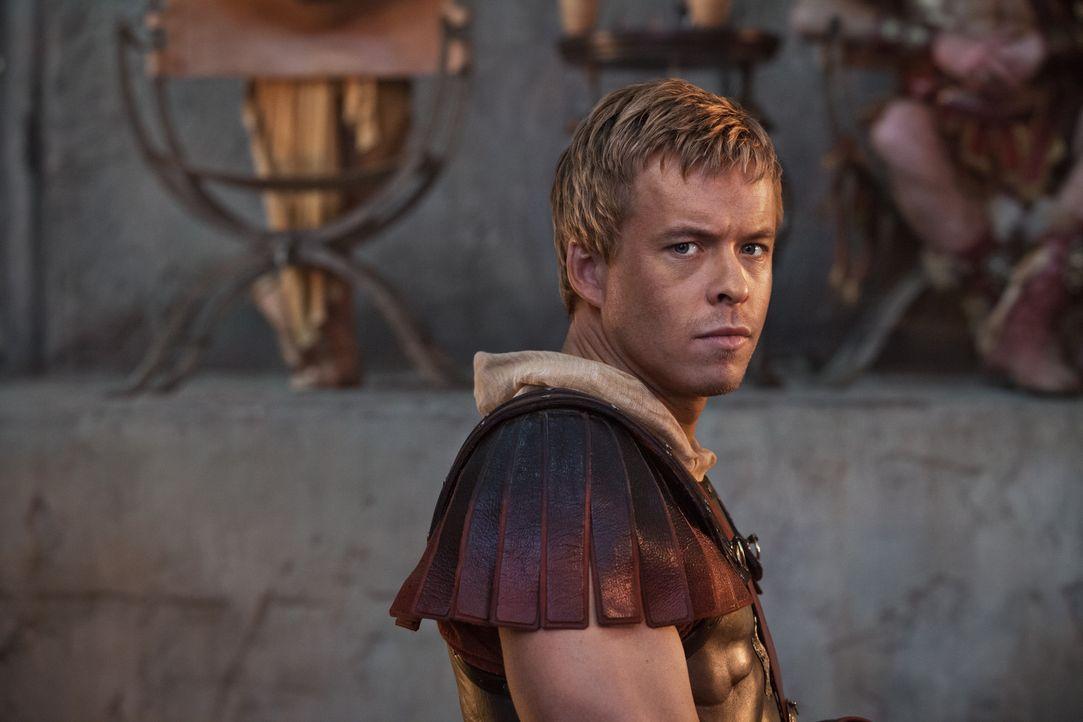 Als Crassus eine Feier zu Ehren des mutigen Julius Caesar (Todd Lasance) ausrichten will, kommt es zum Eklat mit seinem Sohn Tiberius ... - Bildquelle: 2012 Starz Entertainment, LLC. All rights reserved.
