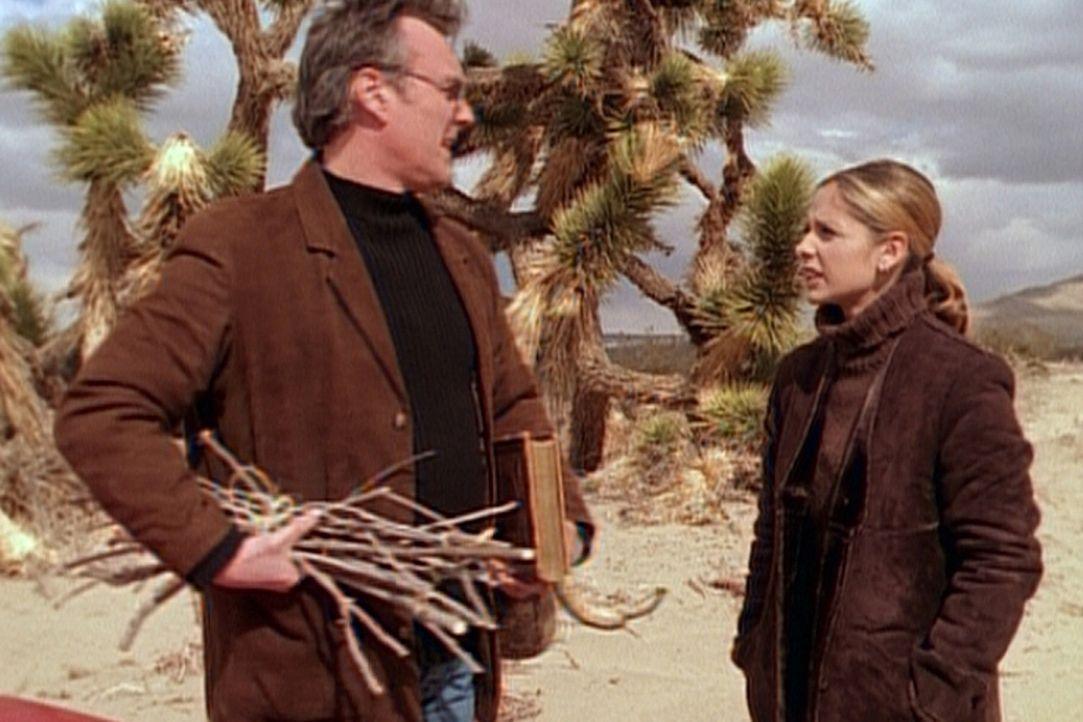 Giles (Anthony Stewart Head, l.) begleitet Buffy (Sarah Michelle Gellar, r.) in die Wüste, wo sich Buffy Rat von der ersten Jägerin holt. - Bildquelle: TM +   2000 Twentieth Century Fox Film Corporation. All Rights Reserved.