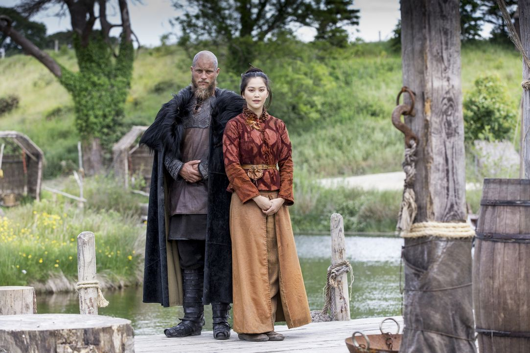 (4. Staffel) - Hat ein ganz besonderes Heilmittel für Ragnar (Travis Fimmel, l.): Yidu (Dianne Doan, r.) - Bildquelle: 2016 TM PRODUCTIONS LIMITED / T5 VIKINGS III PRODUCTIONS INC. ALL RIGHTS RESERVED.