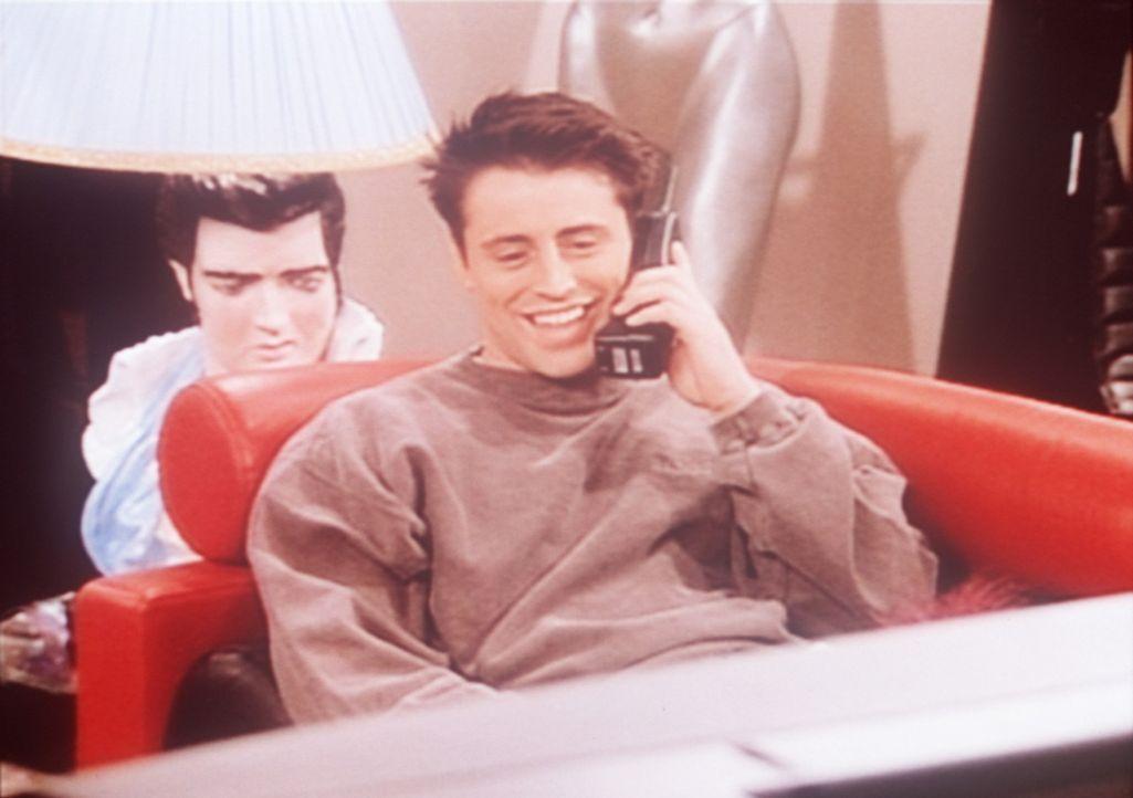 Joey (Matt LeBlanc) wohnt jetzt zwar allein in seiner Wohnung, aber die Sehnsucht nach Chandler ist groß. - Bildquelle: TM+  2000 WARNER BROS.