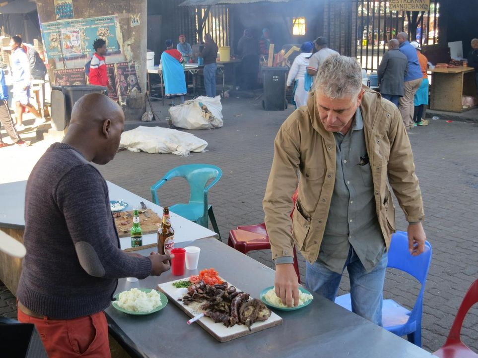 Südafrika ist der nächste Stopp von Anthony Bourdain (r.). Dort möchte er erfahren, welche Spuren die Apartheid hinterlassen hat und wie die Mensche... - Bildquelle: 2013 Cable News Network, Inc. A TimeWarner Company. All rights reserved.