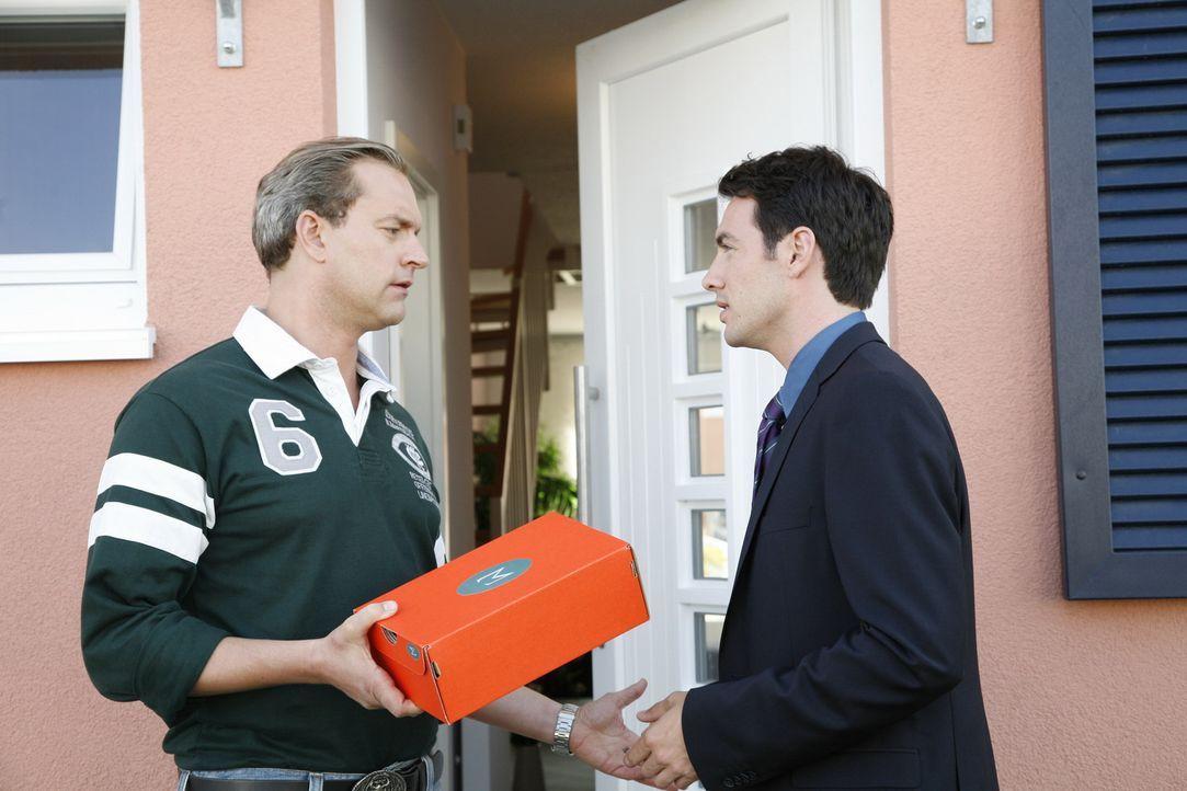 Nicht ganz selbstlos versucht Mark Braun (Arne Stephan, r.) Manu wieder fürs Hotel zurückzugewinnen. Damit sie sein Angebot nicht ausschlägt, üb... - Bildquelle: Sat.1