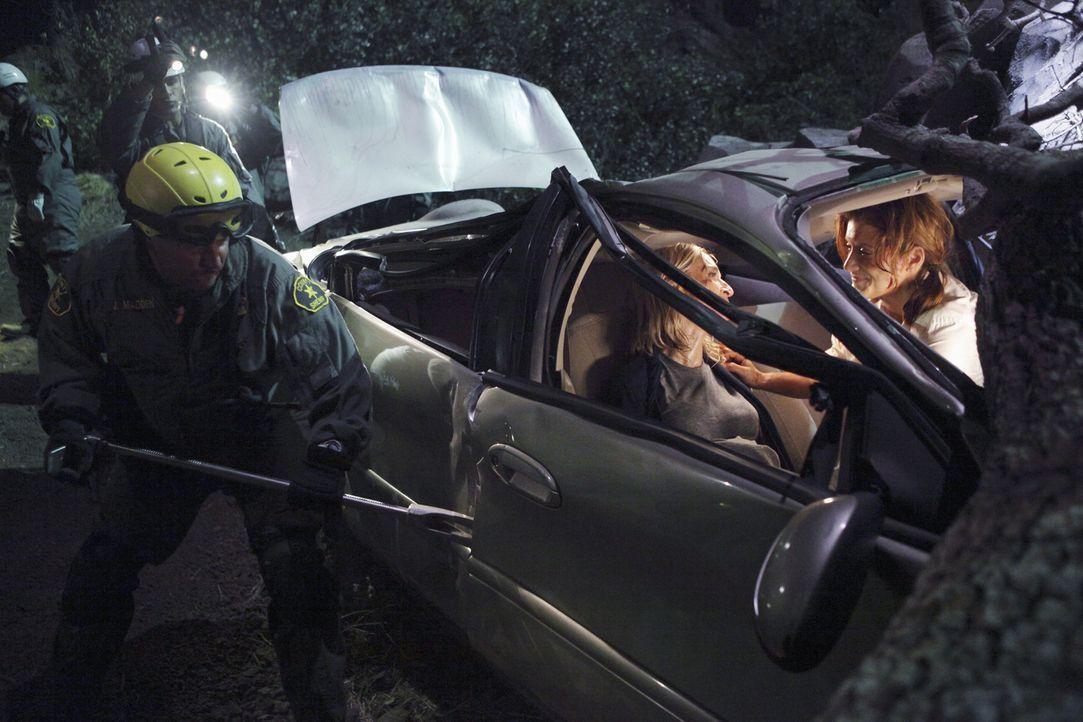 Während sich Pete und Sheldon in die gleiche Frau verlieben, kämpfen Addison (Kate Walsh, r.) und Sam um Karas (Ever Carradine, 2.v.r.) Leben .. - Bildquelle: ABC Studios