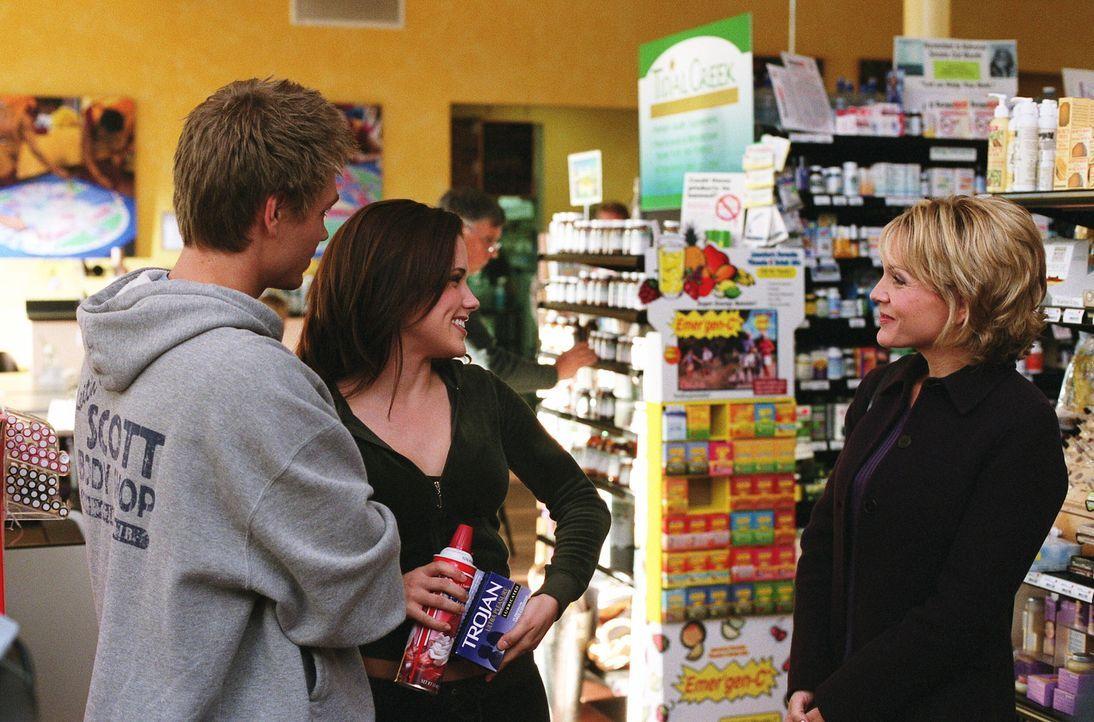 Lucas (Chad Michael Murray, l.) und Brooke (Sophia Bush, M.) verbringen viel Zeit miteinander und als sie im Supermarkt eine Familienpackung Kondome... - Bildquelle: Warner Bros. Pictures