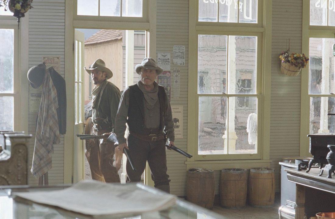 In den 80er Jahren des 19. Jahrhunderts weiden die landlosen Cowboys Boss Spearman (Robert Duvall, r.) und Charley Waite (Kevin Costner, l.) ihre st... - Bildquelle: Touchstone Pictures