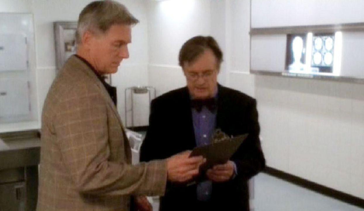 """Special Agent Leroy Jethro Gibbs (Mark Harmon, l.) und Dr. Donald """"Ducky"""" Mallard (David McCallum, r.) ermitteln die Identität des wiedererwachten... - Bildquelle: CBS Television"""