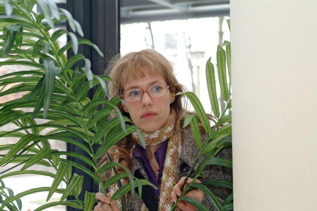 Nach Mariellas Erscheinen im Hotel geht Lisa (Alexandra Neldel) hinter einer Palme in Deckung - und beobachtet angespannt, was an der Rezeption vor... - Bildquelle: Sat.1