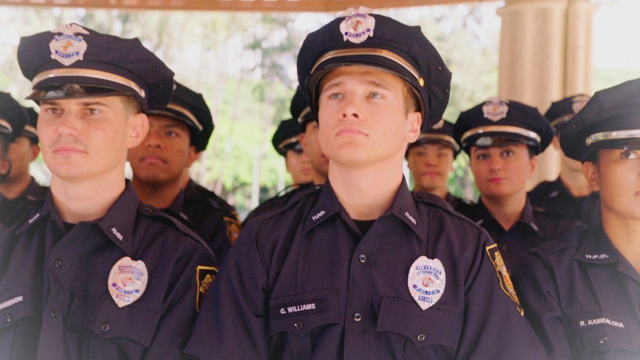 In seinen Zukunftsvisionen sieht Danny seinen Sohn Charlie (Joey Defore, M.) als jungen Polizisten. - Bildquelle: 2017 CBS Broadcasting Inc. All Rights Reserved.