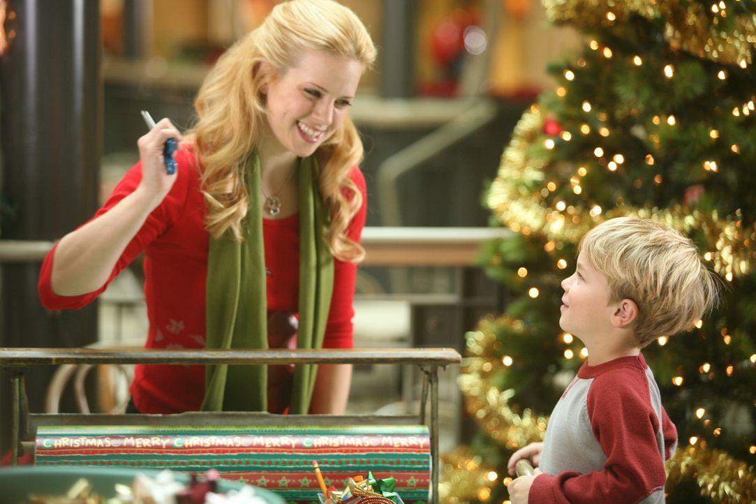 Kurz vor Weihnachten quält nicht nur Dennis' (Maxwell Perry Cotton, r.) Mutter (Kim Schraner, l.) die Frage, was soll ich wem schenken. Auch Klein-...