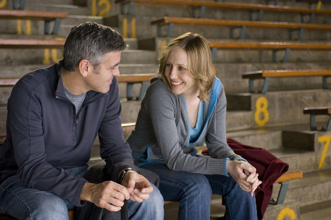 Obwohl auch ein Vielflieger, weckt Alex (Vera Farmiga, r.) in Ryan (George Clooney, l.) Gefühle, die er längst vergessen hatte ... - Bildquelle: TM and   2009 by DW Studios LLC. All rights reserved.