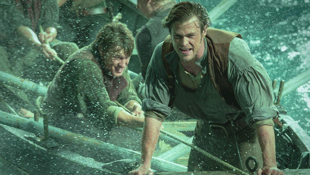 Chris Hemsworth auf Rachejagd gegen einen Wal - Bildquelle: (c) 2014 Warner Bros. Entertainment Inc.