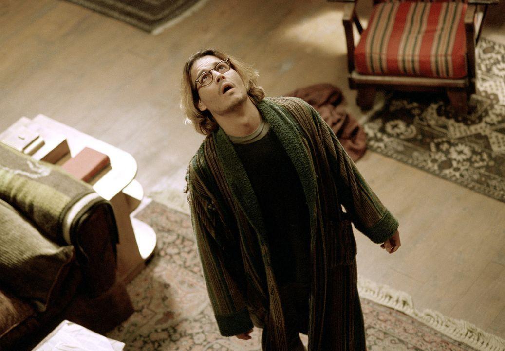 Eines Tages taucht in der Einsamkeit des Krimiautoren Mort Rainey (Johnny Depp) ein Irrer aus Mississippi auf, der den Schriftsteller beschuldigt, e... - Bildquelle: Sony Pictures Television International. All Rights Reserved.