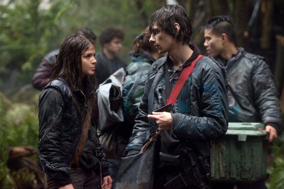 Werden Octavia (Marie Avgeropoulos, l.) und Jasper (Devon Bostick, r.) sich vor dem Kampf das letzte Mal sehen? - Bildquelle: Warner Brothers