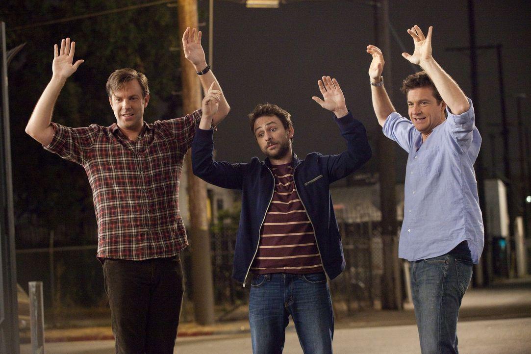 Den Boss des jeweils anderen umbringen - kann das für die drei Freunde Kurt (Jason Sudeikis, r.), Dale (Charlie Day, M.) und Nick (Jason Bateman, r.... - Bildquelle: 2011 Warner Bros.
