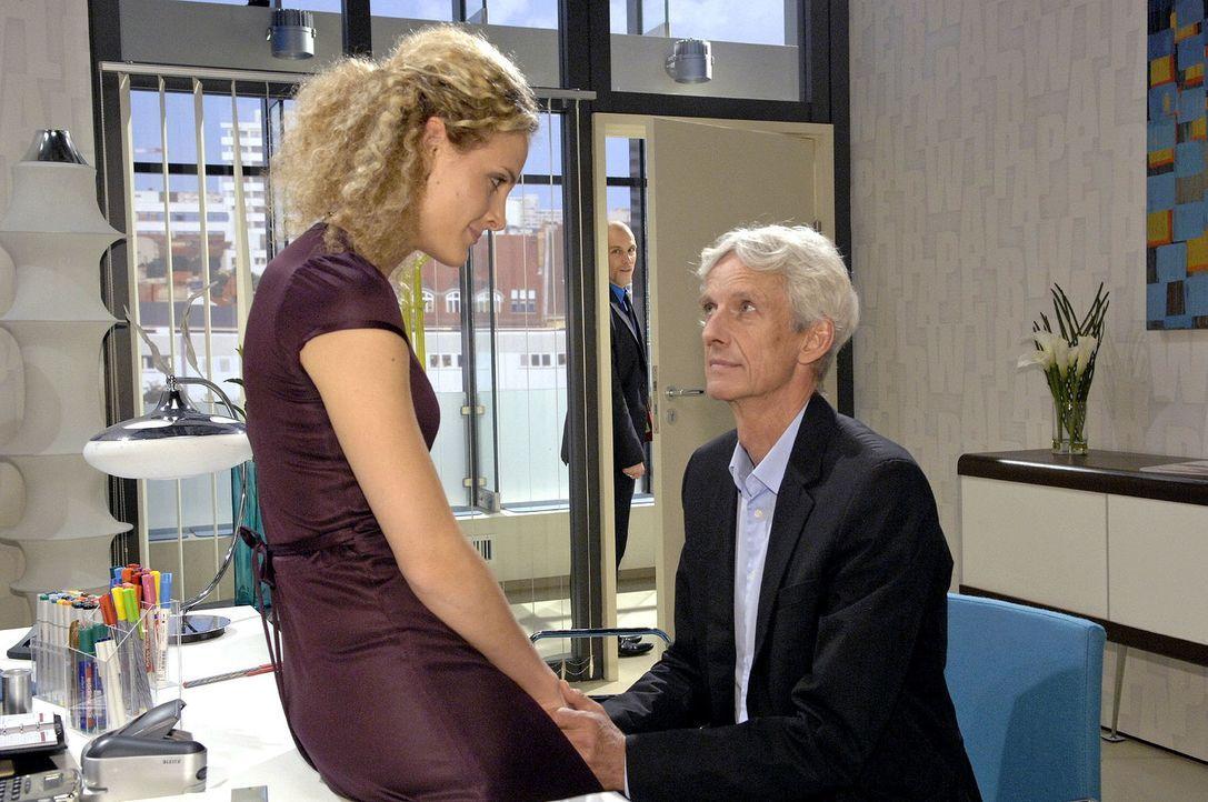 Robert (Mathieu Carrière, r.) teilt Maja (Barbara Lanz, l.) mit, dass er die Konsequenzen aus seinem Versagen ziehen will. - Bildquelle: Claudius Pflug Sat.1
