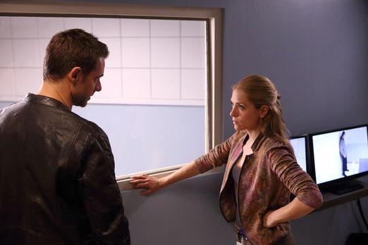 Cracked - Aidan (David Sutcliffe, l.) und Clara (Brooke Nevin, r.) müssen bef...
