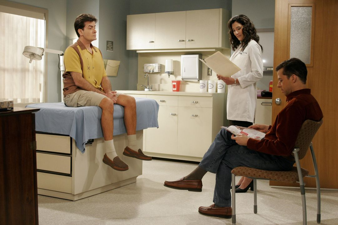 Während Charlie (Charlie Sheen, l.) und Alan (Jon Cryer, r.) auf die Ärztin (Alicia Coppola, M.) warten, bekommt Jake Nachhilfestunden im Kloputzen... - Bildquelle: Warner Brothers Entertainment Inc.