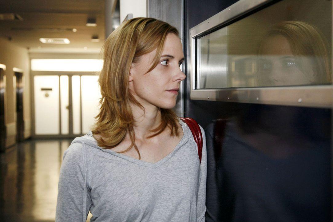 Luisa (Jana Voosen) sehnt sich danach, ihre Zwillingsschwester Anna endlich wieder in die Arme zu schließen ... - Bildquelle: Mosch Sat.1