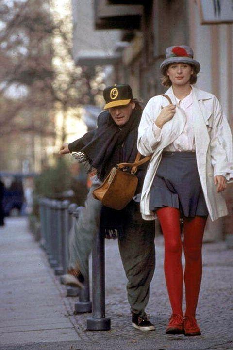 Noch nicht von Amor ins Visier genommen, kann Tina (Jessika Cardinahl, r.) nichts mit dem verrückten Verehrer Otto (Otto Waalkes, l.) anfangen ...