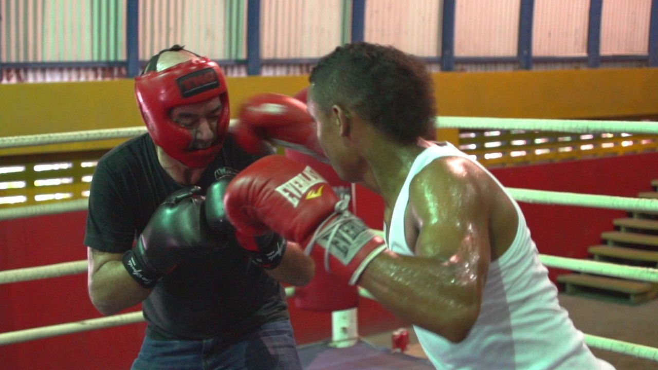In Panama steigt Todd (l.) mit dem früheren Boxweltmeister Roberto Duran (r.) in den Ring ... - Bildquelle: 2015,The Travel Channel, L.L.C. All Rights Reserved