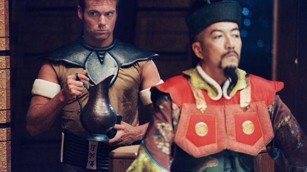 Als Daniel (Michael Shanks, l.) sich auf ein Goa'Uld Raumschiff schleicht, um...