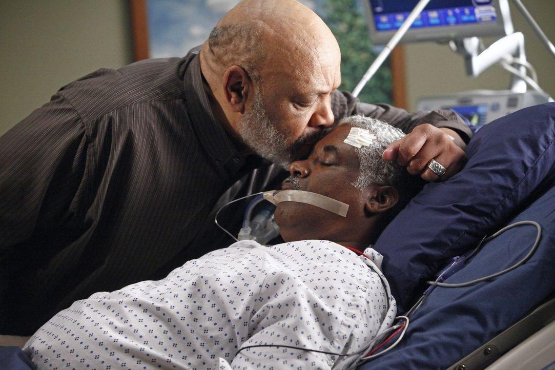 Sam (James Avery, l.) muss sich von seinem Ehemann verabschieden, denn Michael ist hirntot und die lebenserhaltenden Maschinen sollen abgestellt wer... - Bildquelle: ABC Studios