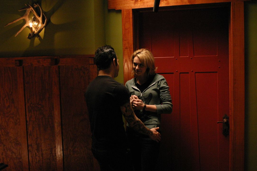 Auch Peyton (Hilarie Burton, r.) hat endlich wieder einmal ein Date - allerdings scheint ihr das niemand zu glauben ... - Bildquelle: Warner Bros. Pictures
