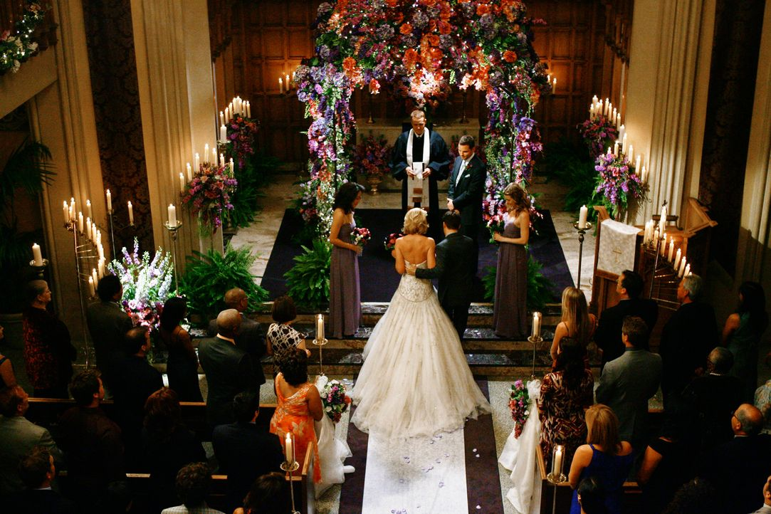 An ihrem schönsten Tag im Leben wählt Izzie (Katherine Heigl, M.) Cristina (Sandra Oh, vorne l.) als Brautjungfer. Meredith (Ellen Pompeo,vorne r.... - Bildquelle: Touchstone Television