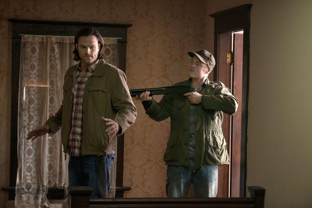 Sind Connor (Reilly Dolman, r.) und seine Familie Sam (Jared Padalecki, l.) und Dean immer einen Schritt voraus? - Bildquelle: 2013 Warner Brothers