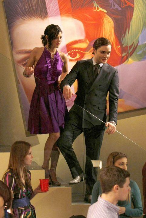 Seit Nate sich von Vanessa (Jessica Szohr, l.) getrennt hat, verbringt er vermehrt Zeit mit Blair. Doch Chuck (Ed Westwick, r.) und Vanessas Versuch... - Bildquelle: Warner Brothers