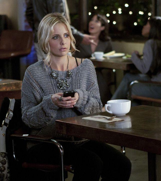 Das Misstrauen Charlie gegenüber wächst stetig. Bridget (Sarah Michelle Gellar) will Malcolm, der sich gerade in seiner Wohnung befindet, warnen ... - Bildquelle: 2011 THE CW NETWORK, LLC. ALL RIGHTS RESERVED