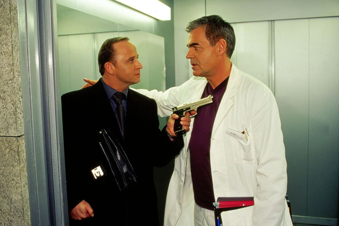 Dr. Bolten (Michael Greiling, r.) wird plötzlich von Daniel Nischke (Gerald Alexander Held, l.) mit der Waffe bedroht und verschleppt ... - Bildquelle: Claudius Pflug Sat.1