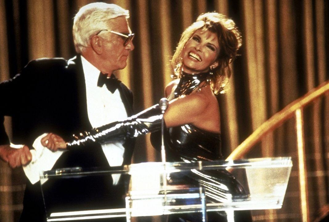 Während die anwesende Prominenz nichtsahnend der Oscar-Verleihung entgegenfiebert, versucht Frank (Leslie Nielsen, l.) verzweifelt, ein Desaster zu... - Bildquelle: Paramount Pictures