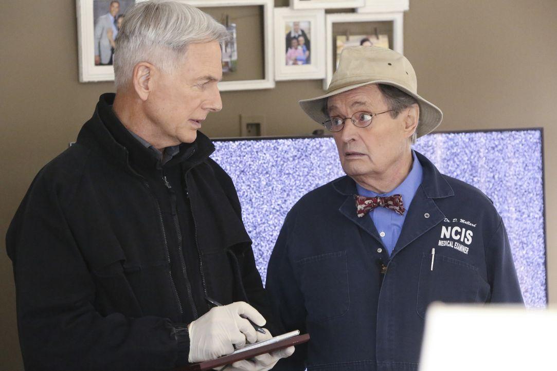 Wieso musste Turner, die eine junge Tochter hinterlässt, sterben? Gibbs (Mark Harmon, l.) und Ducky (David McCallum, r.) ermitteln ... - Bildquelle: Patrick McElhenney 2016 CBS Broadcasting, Inc. All Rights Reserved