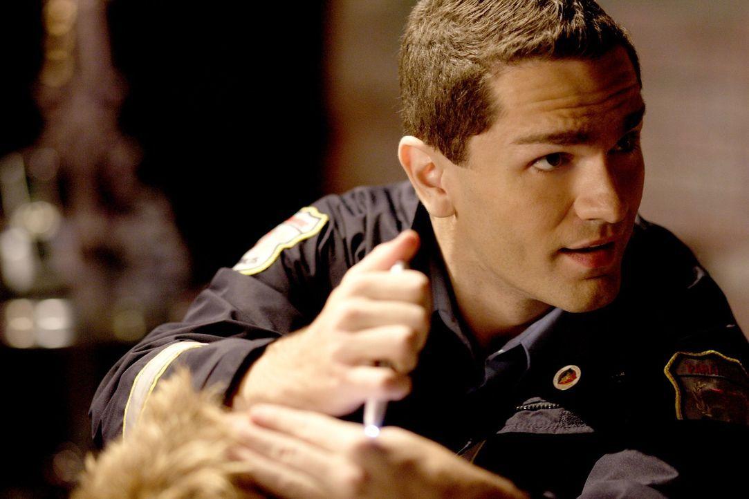 Als Oliver auf einer Wohltätigkeitsveranstaltung zusammenbricht, soll ihm der Sanitäter Davis (Sam Wiwter) helfen. Doch der hat schlechte Nachrichte... - Bildquelle: Warner Bros.