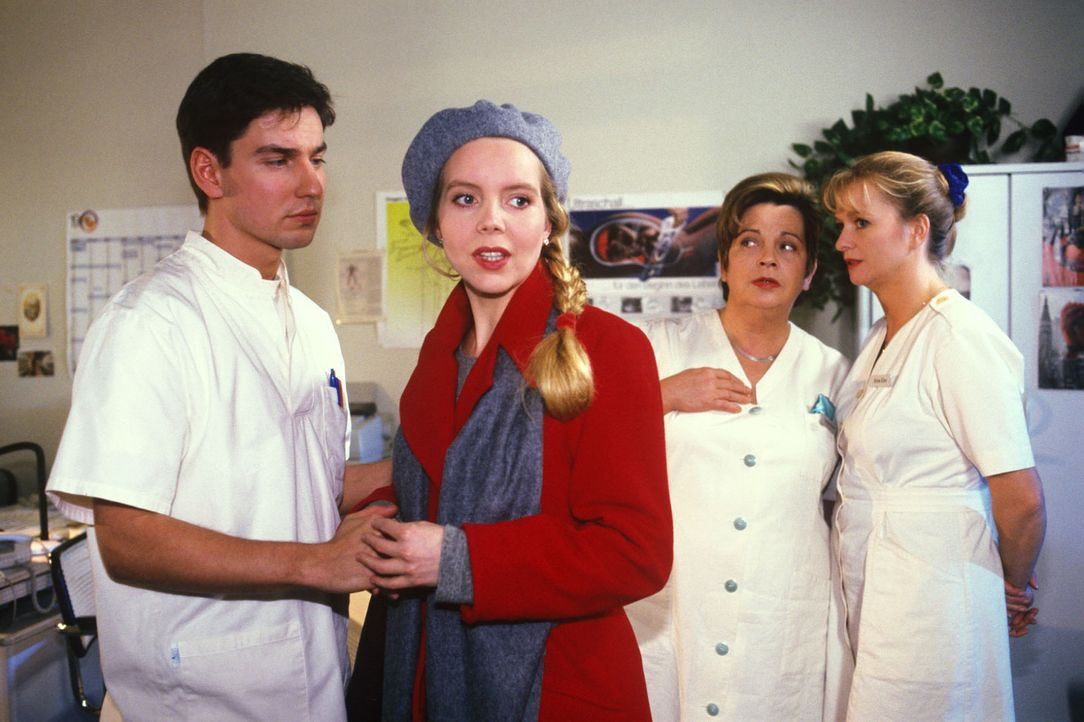 Klara (Walfriede Schmitt, 2.v.r.) und Schwester Elke (Ulrike Mai, r.) beobachten, wie rührend sich Zivi Carl (Martin Kluge, l.) um die Patientin Di... - Bildquelle: Noreen Flynn Sat.1