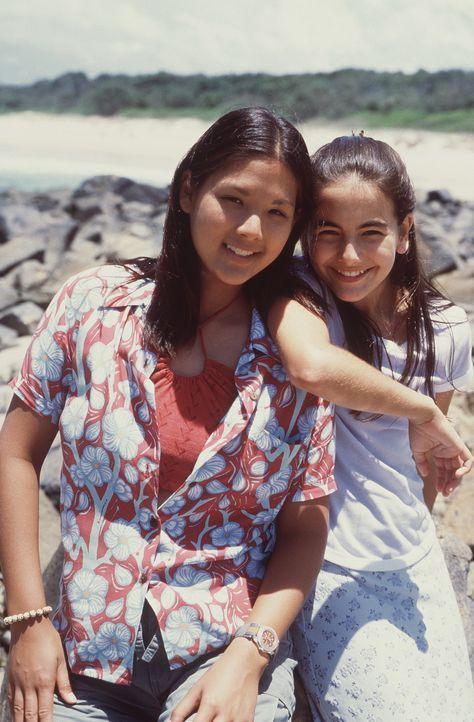 Surf-Freak Gia (Stacie Hess, l.) kann Stadtkind Sydney (Camilla Belle, r.) für den nassen Sport schnell begeistern ... - Bildquelle: WALT DISNEY COMPANY