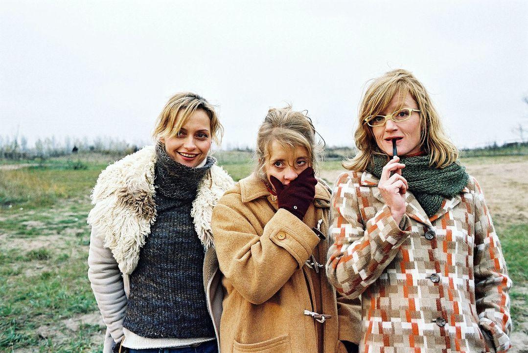 Die drei Freundinnen (v.l.n.r.: Catherine Flemming, Anna Böttcher, Nina Petri) trauen ihren Augen nicht: Ihre Freunde vollführen einen Indianertanz. - Bildquelle: Gordon Mühle Sat.1