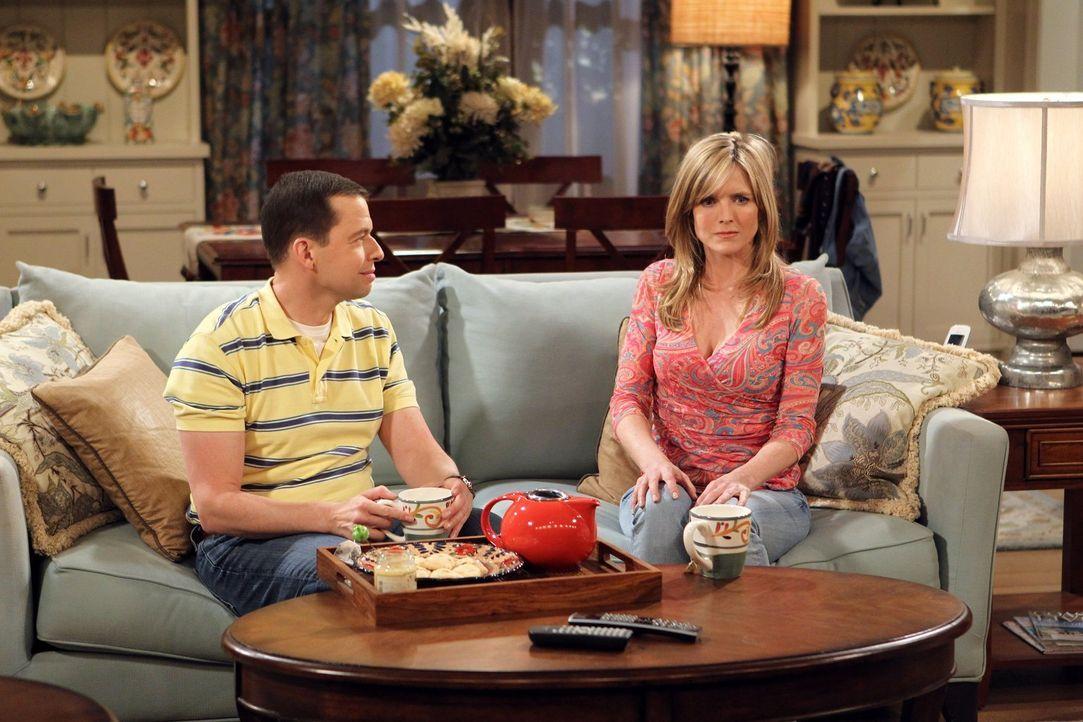 Müssen die neue Beziehung ihrer Mütter verarbeiten: Alan (Jon Cryer, l.) und Lyndsey (Courtney Thorne-Smith, r.) ... - Bildquelle: Warner Brothers Entertainment Inc.