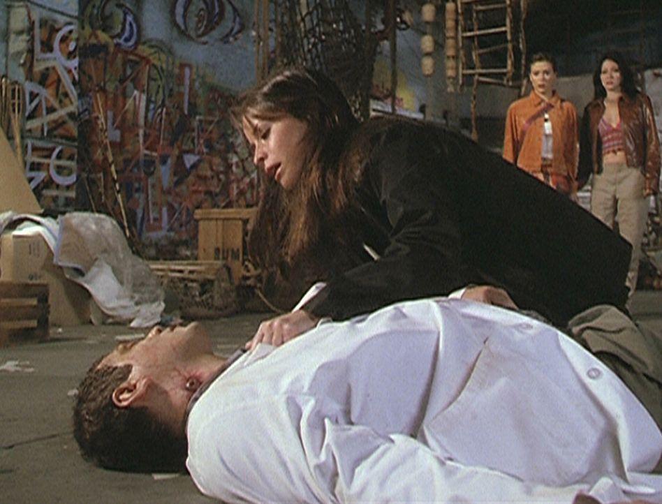 Piper (Holly Marie Combs, r.) ist verzweifelt: Dr. Williamson (Matthew Glave, liegend), der sie vor Monaten wegen ihres Oroyafiebers behandelt hatte... - Bildquelle: Paramount Pictures