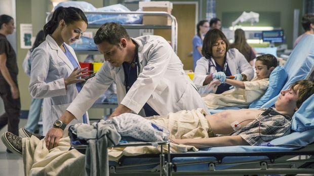 Ein schwerer Autounfall hält Jo (Camilla Luddington, l.) Alex (Justin Chamber...