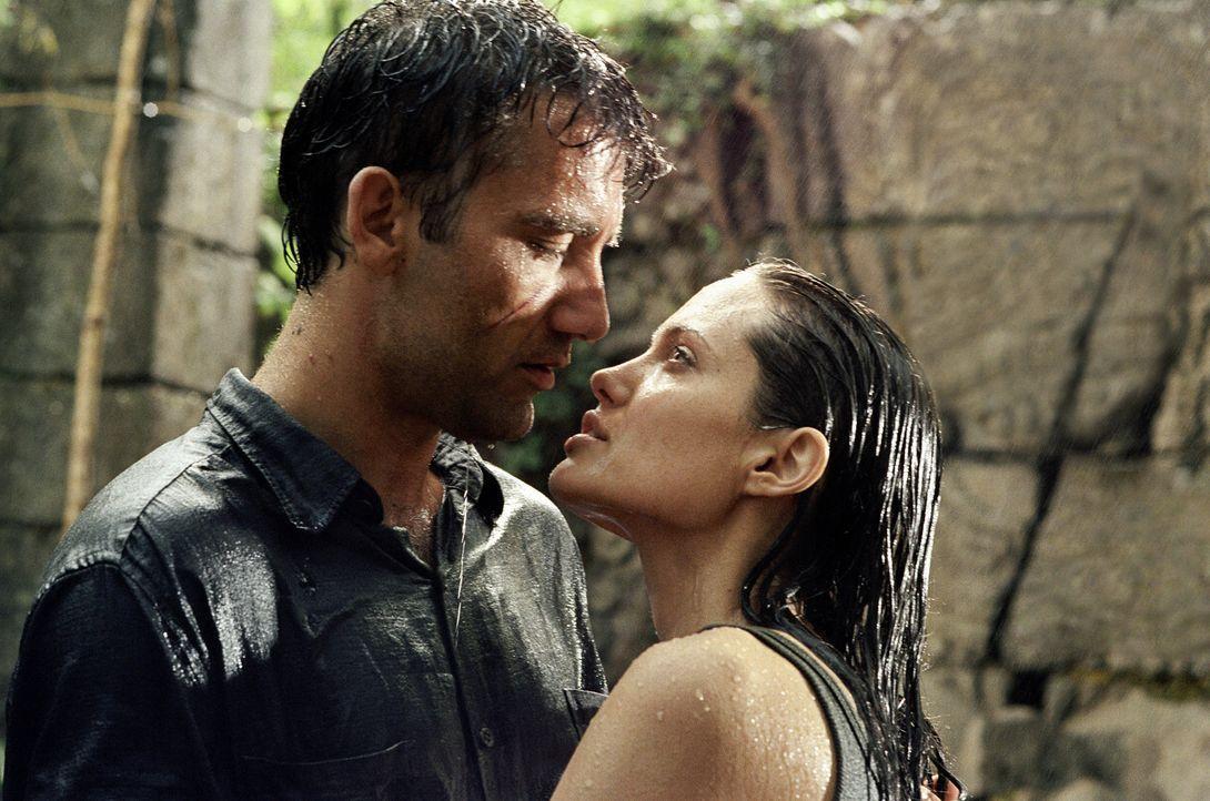 Jenseits aller Grenzen finden sie zueinander: Sarah (Angelina Jolie, r.) und Nick (Clive Owen, l.) ... - Bildquelle: Paramount Pictures