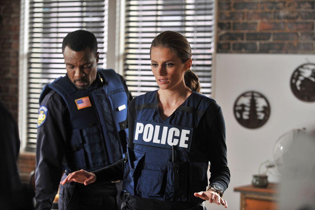 Wird es Captain Frank Mahoney (Allan Louis, l.) gelingen, die Bombe auf der Beckett (Stana Katic, r.) steht, zu entschärfen? - Bildquelle: ABC Studios