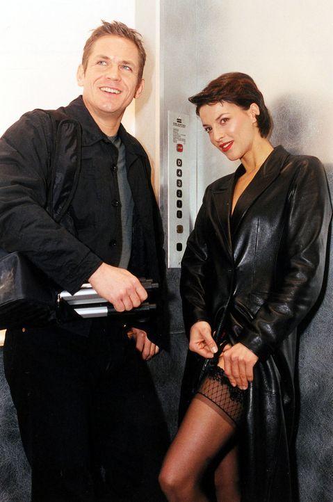 Klaus (Tobias Hoesl, l.) und Tina Kainz (Sabine Petzl, r.) bevorzugen Liebesspiele zu dritt. Sie machen sich auf den Weg zu ihrem aktuellen Date ... - Bildquelle: Sat.1